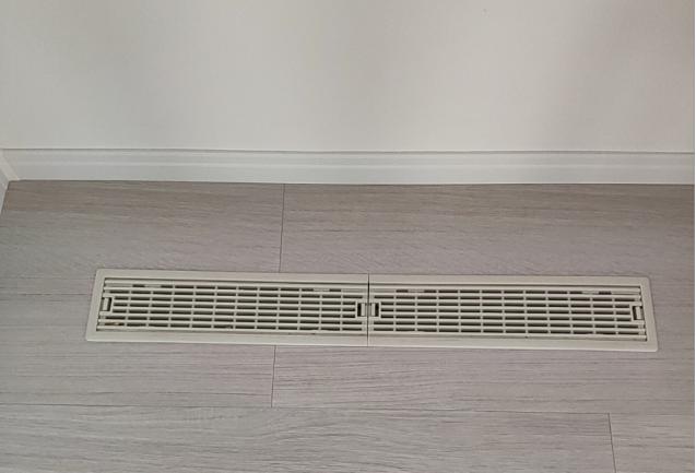 床下エアコンの排出口1